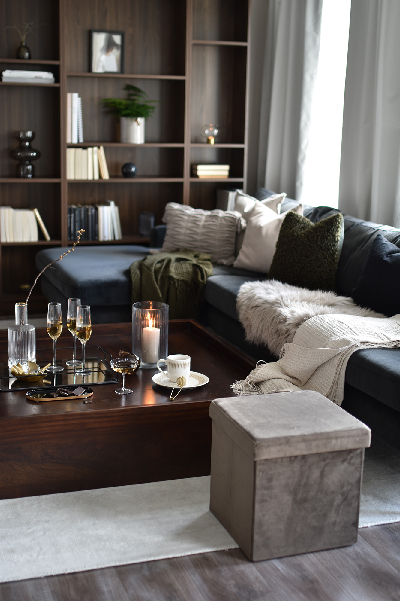Se hvor godt den blåsorte vasen går sammen med fargen på sofaen, eller hvordan grønnfargen i pleddet skaper en fin sammenheng med de grønne plantene og puta