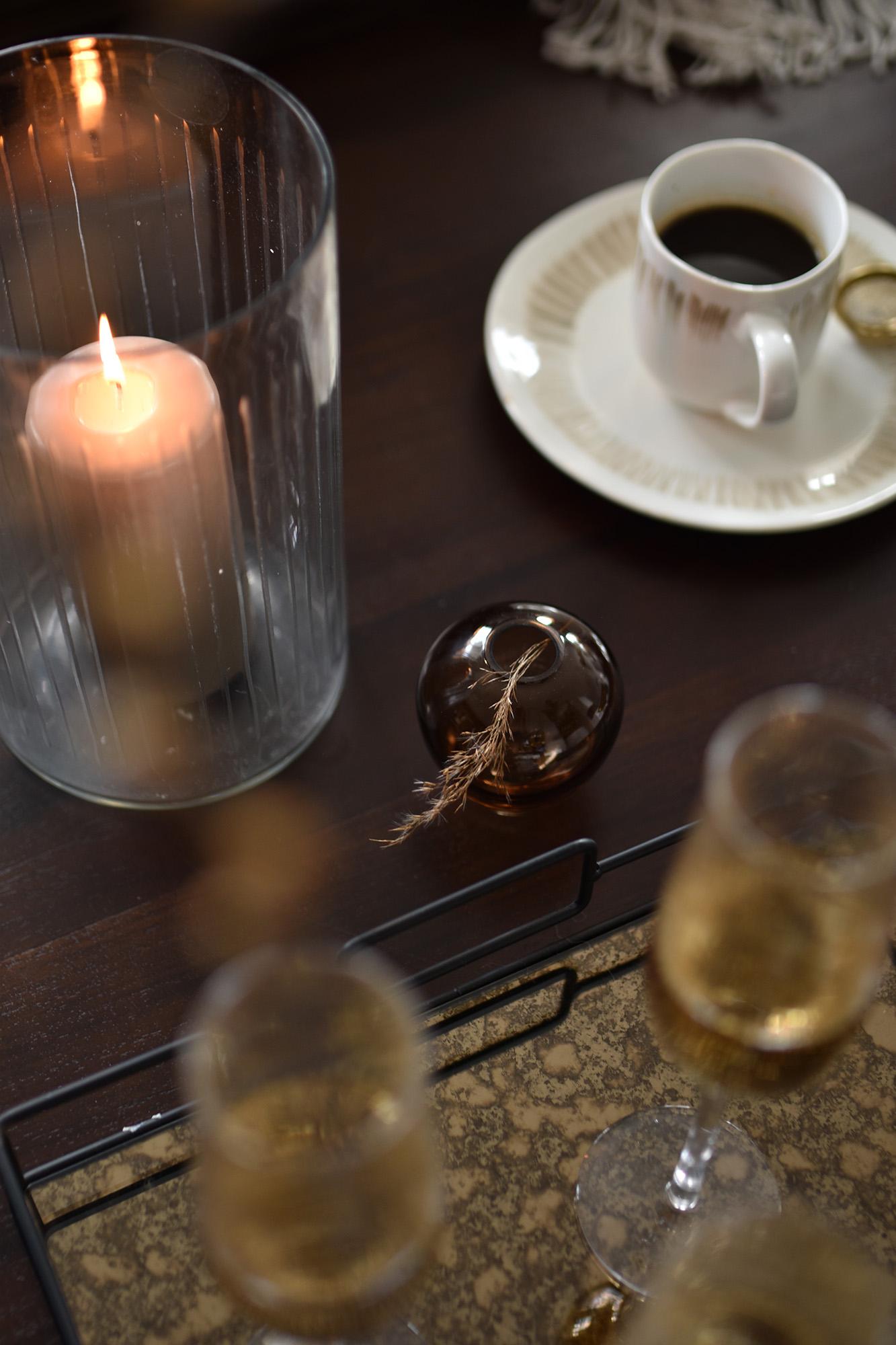 Maren kombinerer vakkert metaller og naturlige materialer.